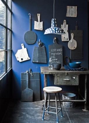 Homemyhome, décoration intérieure mur bleu avec objets vintage esprit brocante charme de la nostalgie
